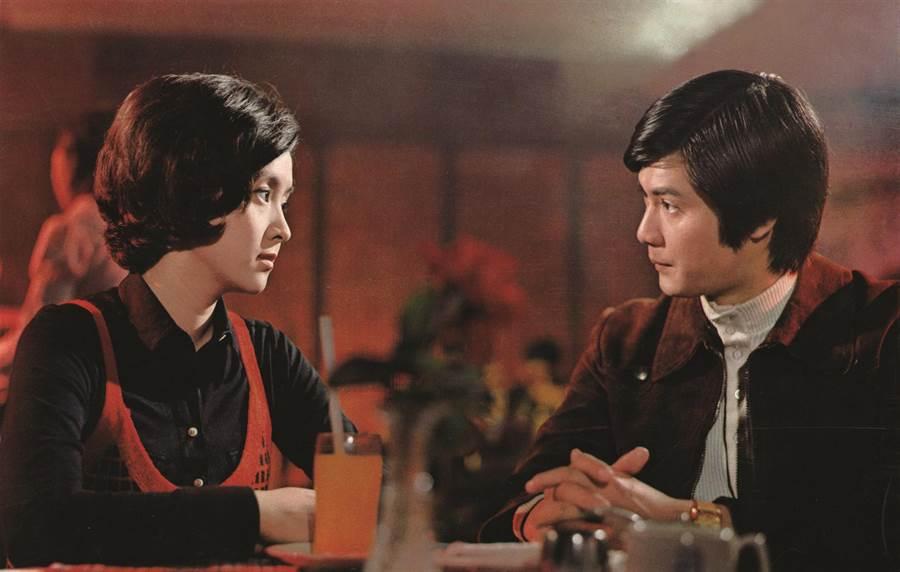改編自瓊瑤愛情小說的作品《彩雲飛》,由影后甄珍(左)主演。(可樂電影提供)