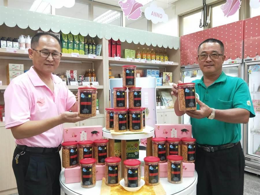 大安區農會理事長黃明榮(右)及總幹事蔡建宗(左)秀出黑芝麻純肉豬肉鬆新品。(陳淑娥攝)