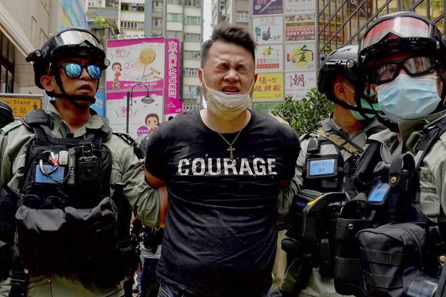 港警1日羈押反香港國安法的抗議者。(美聯社)