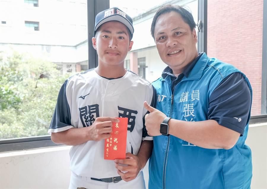 關西國中棒球隊選手趙佳誠(左),獲選第20屆U15世界盃青少棒中華隊國手,縣議員張益生(右)致贈獎助金,祝福趙在世界盃打出好成績。(羅浚濱攝)