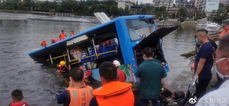 圖為該輛肇事公車(圖/貴州消防微博)