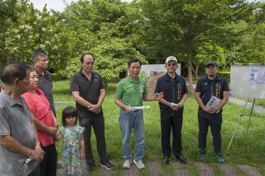 市議員吳敏濟7日召集會勘,養工處將增加3盞景觀高燈及7盞矮燈提高照明。(陳淑娥攝)