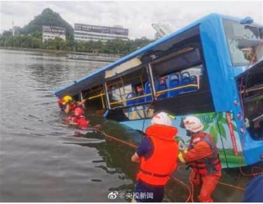 貴州公車失控衝入水庫,救援人員已將公車拉出水面。(圖/央視新聞)