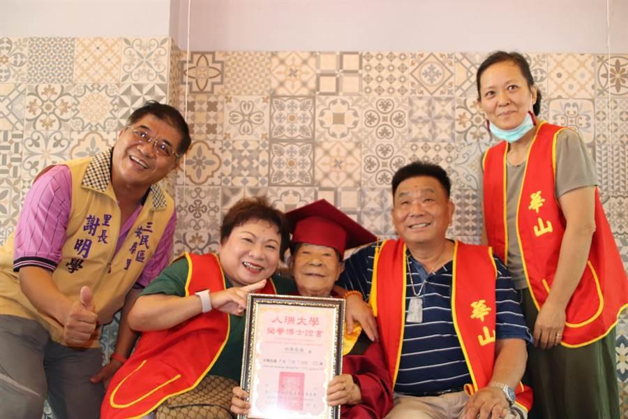 林姓奶奶(中)7日邁入101歲,華山基金會特別為她舉辦慶生會,帶林奶奶到一間義式冰淇淋店親手製作冰淇淋蛋糕,場面溫馨熱鬧。(洪浩軒攝)