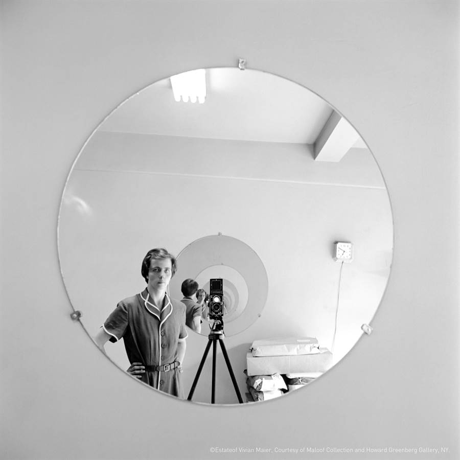 薇薇安.邁爾的自拍系列常會利用兩面相對的鏡子或櫥窗製造觀看趣味。(異角藝術提供)