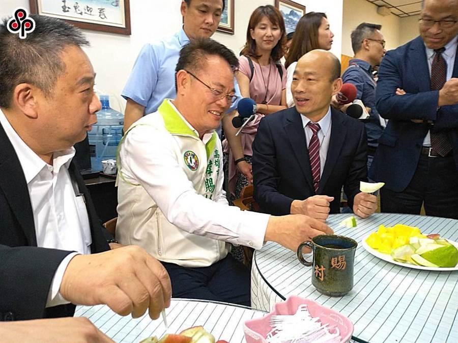 民進黨高市議員陳明澤(左一)、韓賜村(左二)宣布爭取議長補選提名,將與另名登記者張勝富協調產生人選。(本報資料照片)