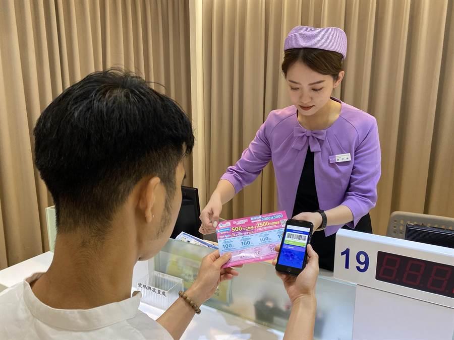 7月13日起,民眾可持夢時代會員卡可至購物中心兌換「500元振興放大券」。(夢時代提供/柯宗緯高雄傳真)