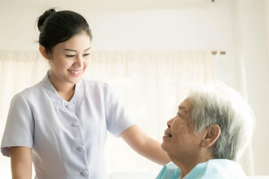 1名女護士PO文表示,日前與同事值夜班時,因深夜沒什麼病患要稍做休息,卻在睜眼時發覺1名裸男壓在自己身上。(示意圖/達志影像/Shutterstock提供)