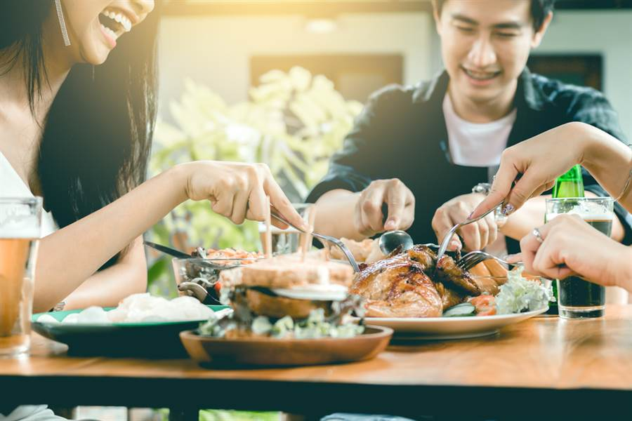 中醫建議,控制血糖要先吃低熱量水果,再喝湯,先吃肉再吃菜,吃完飯感覺8分飽就是剛剛好。此為示意圖。(達志影像/shutterstock)