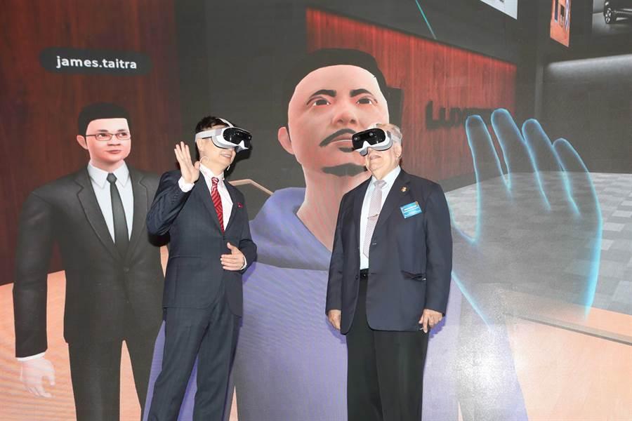貿協黃志芳董事長(左)與駐臺使節團團長、尼加拉瓜達比亞大使共同於外貿協會50周年茶會體驗貿協與XRSPACE攜手合作的XR虛擬展覽館。(貿協提供)