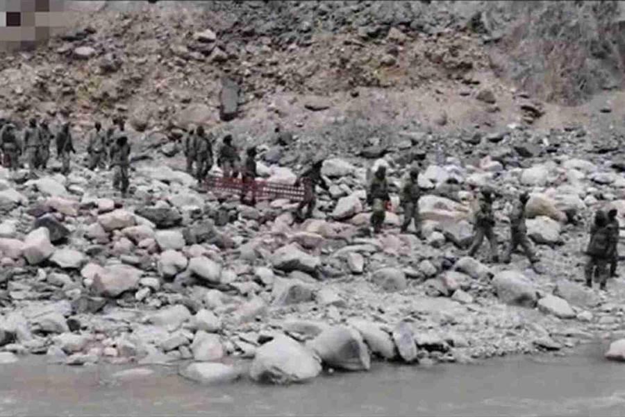 大陸央視畫面顯示,印軍攜帶器材進入加勒萬河谷內準備架橋。(中國央視截圖)