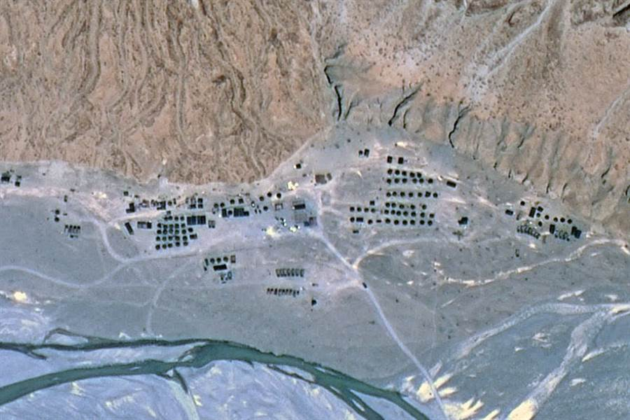 圖為印度軍事基地,數排營房內部署有大量士兵。(微博@南海的浪濤)