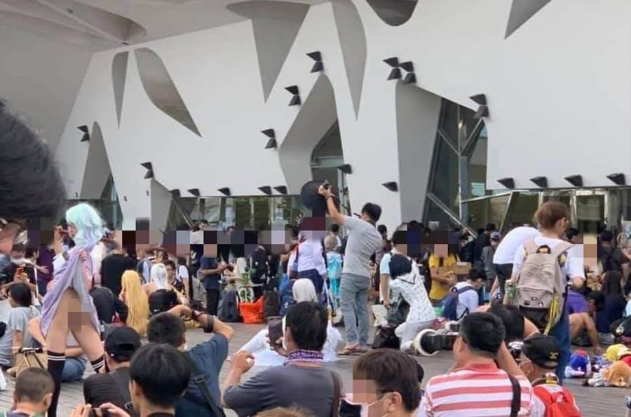 假Coser在動漫祭露下體供人拍照,如今也傳遍國外社群,台灣網友直呼丟臉丟到國外 (圖/翻攝自臉書)