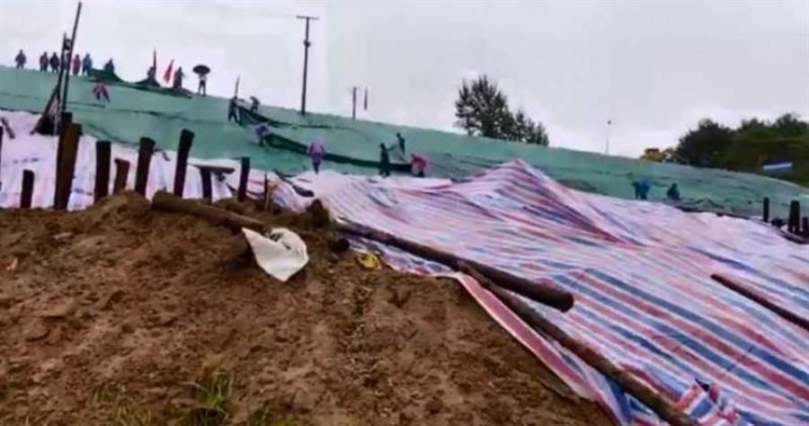 當局對白洋河水庫的變形區打樁固基、挖溝導水。(圖/翻攝自微博)
