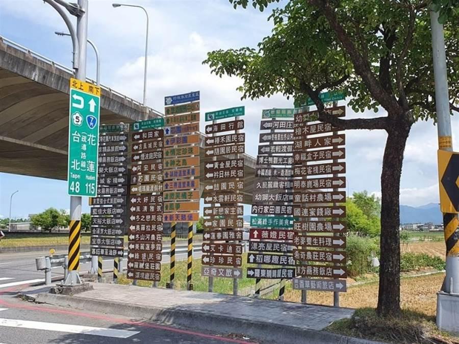 超多路牌讓駕駛笑嘆「來不及看」(圖片取自/新·路上觀察學院/Ming Chen攝)