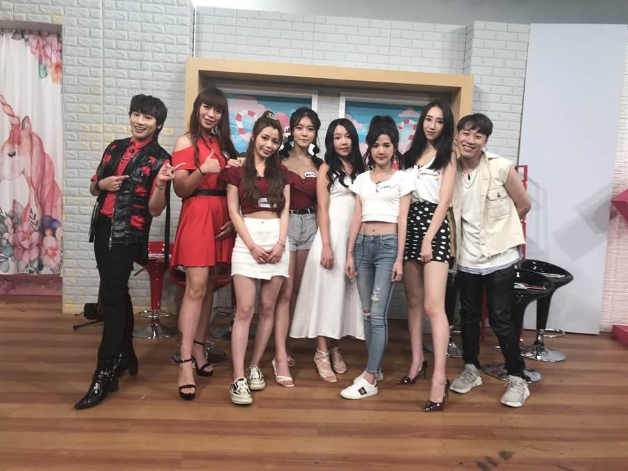 嘻小瓜(左起)、敬芯二胡、士林闆娘、莫娃、巧巧、小佳兒、卡翠娜與小賴開心同框。(17LIVE提供)