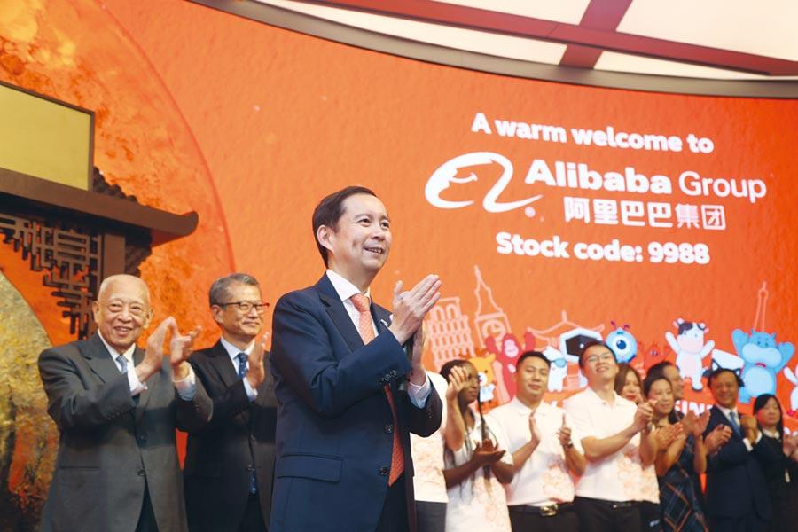 越來越多在美國上市的中國公司尋求在香港雙重上市。圖為2019年11月阿里巴巴率先在港交所雙重上市。圖/路透