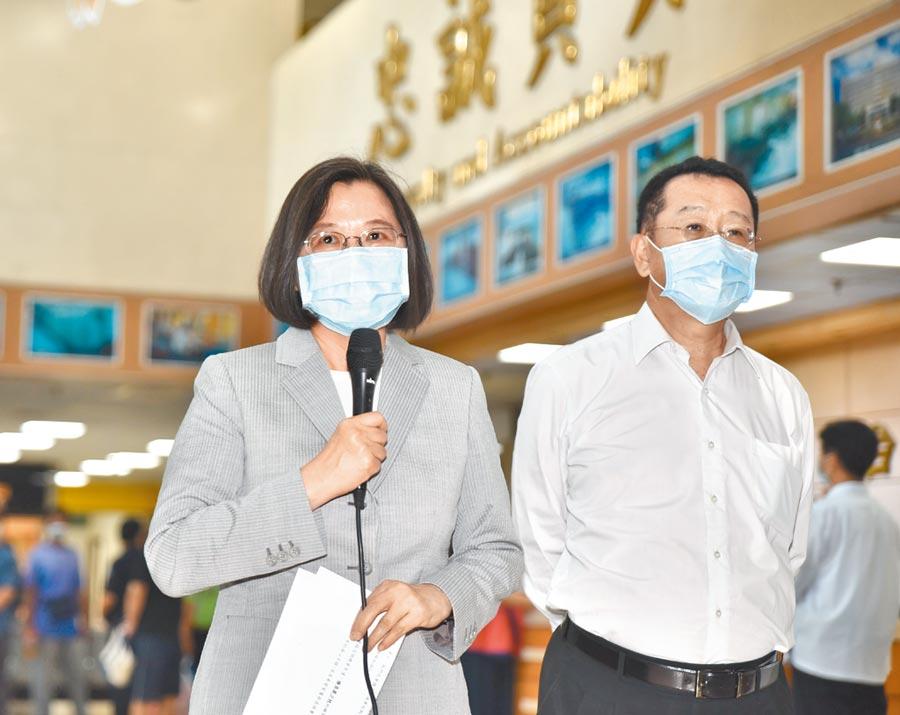蔡英文總統(左)6日到國軍高雄總醫院左營分院探視受傷官兵,她說,中士阿瑪勒.道卡度已可自主呼吸。(林瑞益攝)