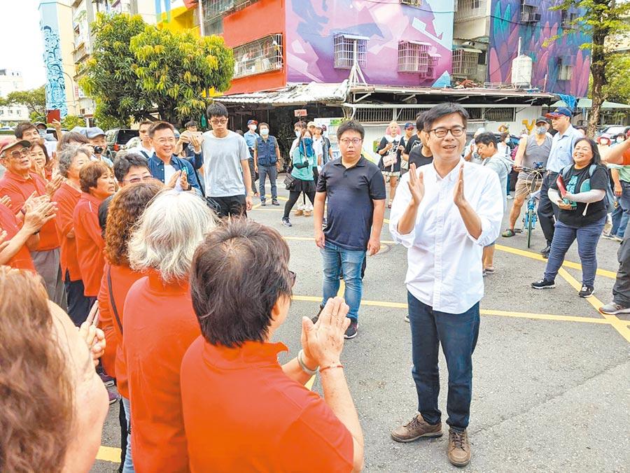 民進黨高雄巿長補選參選人陳其邁(右)6日到鳳山拜票。(曹明正攝)