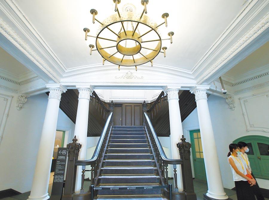歷經多年修復,國立台灣博物館鐵道部園區6日舉行開幕典禮,主要建築物廳舍一樓大廳以弧形天花板及柱列界定空間。(陳怡誠攝)