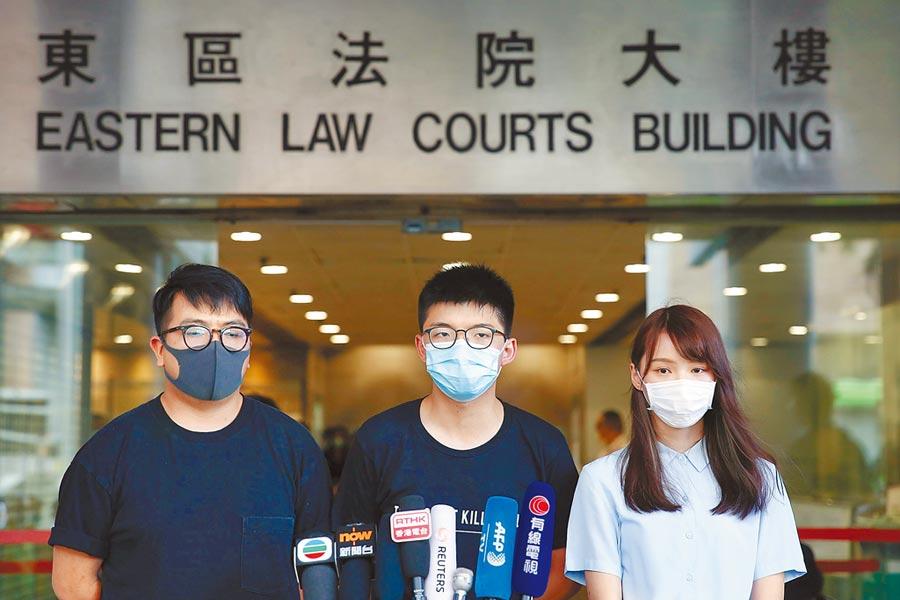 前香港眾志祕書長黃之鋒(中)、副祕書長周庭(右)及前主席林朗彥,涉嫌去年6月21日號召群眾包圍警察總部,昨日開庭後,周庭已經認罪。(路透)