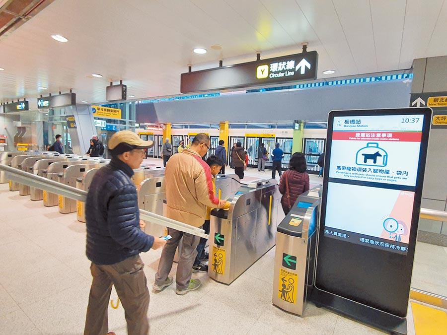 台北市長柯文哲在交通會報上要交通局針對搭乘超過3000元的旅客,做使用軌跡分析,甚至要清查每月搭乘上萬元乘客,引發外界議論,圖為搭乘捷運場景,與新聞事件無關。(本報資料照片)