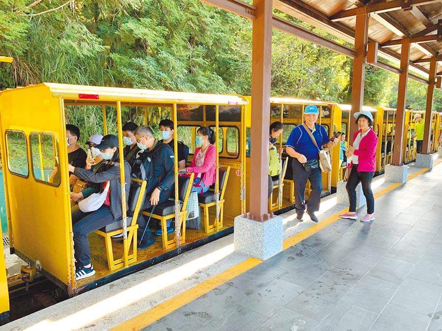 太平山蹦蹦車10日將恢復全線通車,昨試營運首日吸引許多遊客搭乘。(羅東林管處提供/李忠一宜蘭傳真)