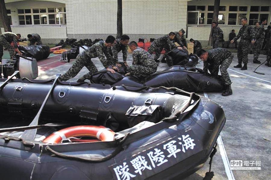 陸戰隊2艇遇湧浪翻覆,14人落海2死1傷。(海軍陸戰隊提供)