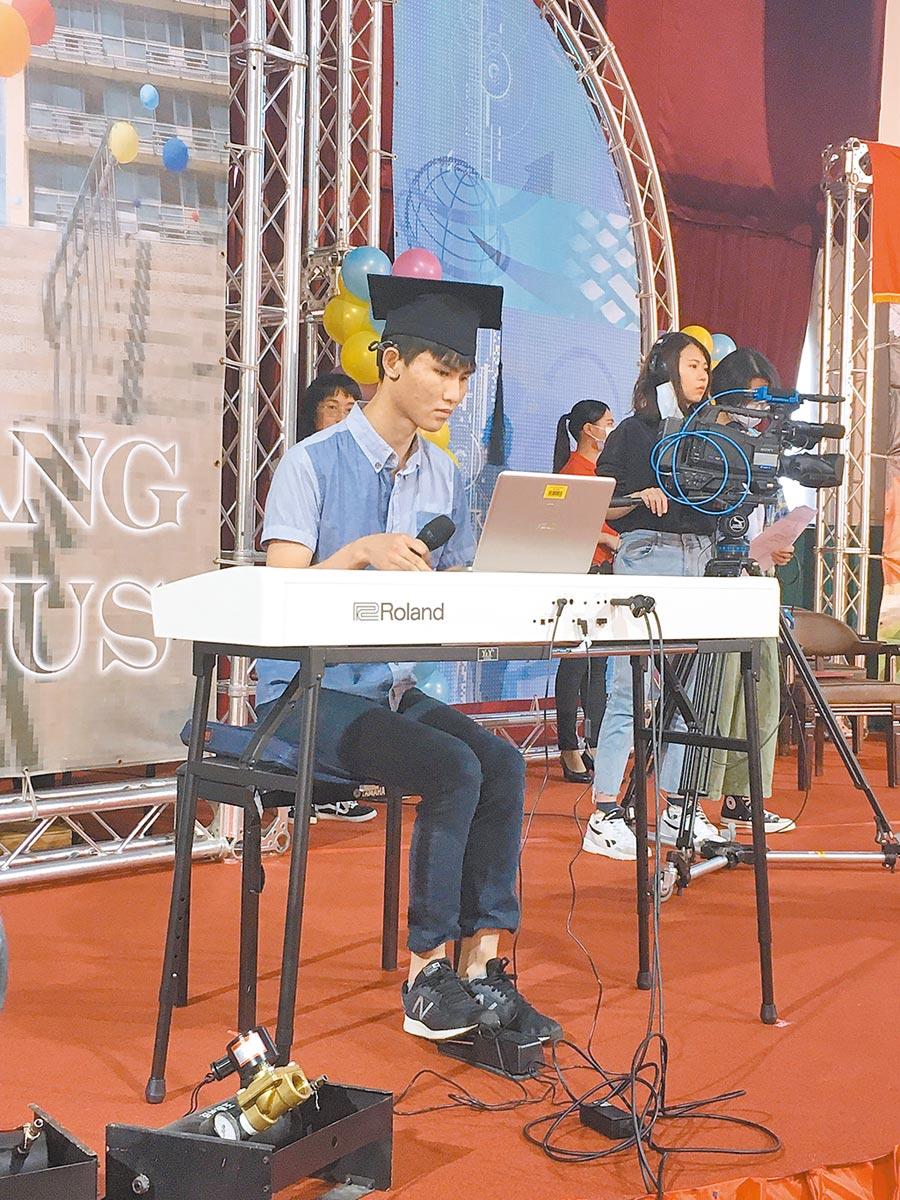 視聽障生黃靖騰在畢業典禮中彈奏《小幸運》,代表對所有人的感謝。(淡江大學提供/戴上容新北傳真)