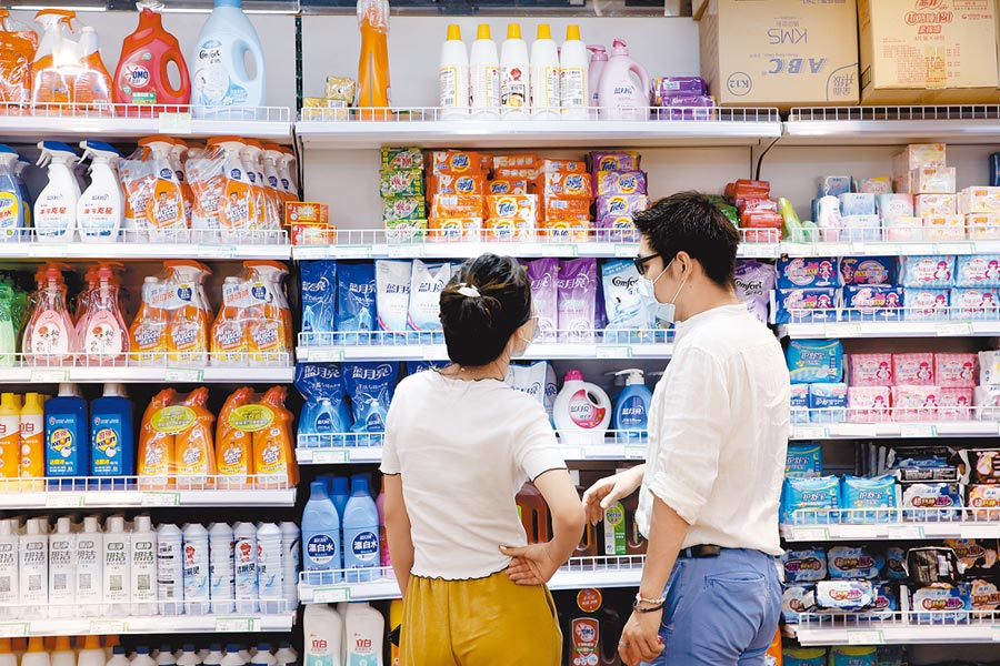 大陸市民在北京一家超市內選購日用品。(中新社資料照片)