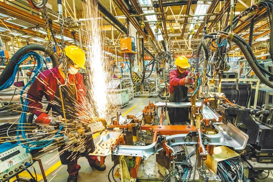 工人在山東青州市一家汽車製造企業的衝焊廠內生產作業。(新華社資料照片)