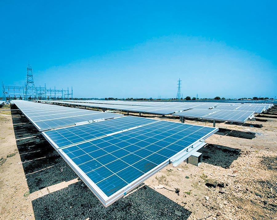陸企為印度一處太陽能電站提供部分太陽能面板和全套的自動日照追蹤支架系統。(新華社資料照片)