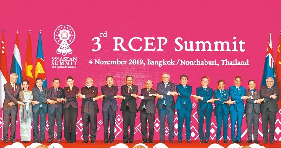 2019年印度總理莫迪(左六)參加「區域全面經濟夥伴關係協定」(RCEP)領導人會議。(中新社資料照片)