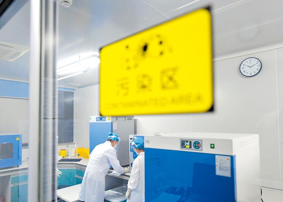 6月26日,北京檢驗人員在實驗室忙碌。(新華社)