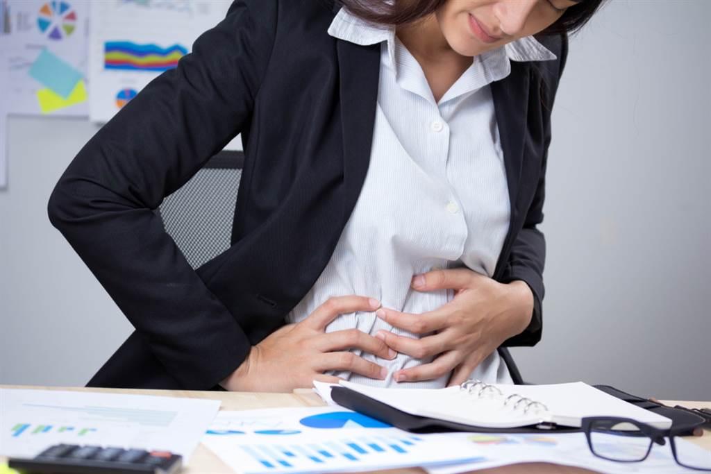 三餐不正常也是!4壞習慣恐引爆「胃食道逆流」。(示意圖/Shutterstock)