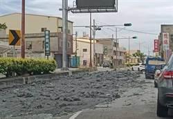 大馬路上山洪暴發!砂石車後車斗門栓爆開泥漿瀉漏…