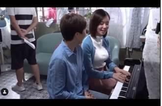 好大!劍橋美女學霸穿這樣教鋼琴 巨胸撐爆白上衣