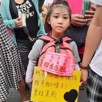 4度動大手術  6歲女童揹牌徒步祈願:希望白沙屯媽祖保佑我