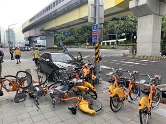 重機車與汽車路口衝撞 衝人行道撞壞10輛Ubike