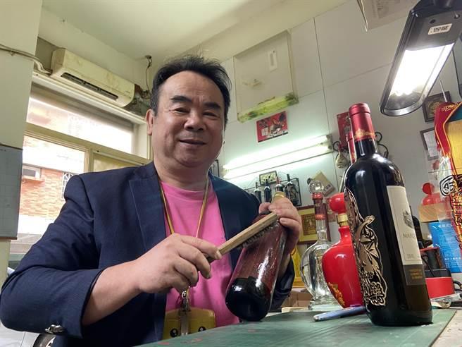 邱允文以「酒瓶雕刻個性化客製禮物」創業,專業用心打造藝術級禮品,將感動刻劃永恆珍藏。(盧金足攝)
