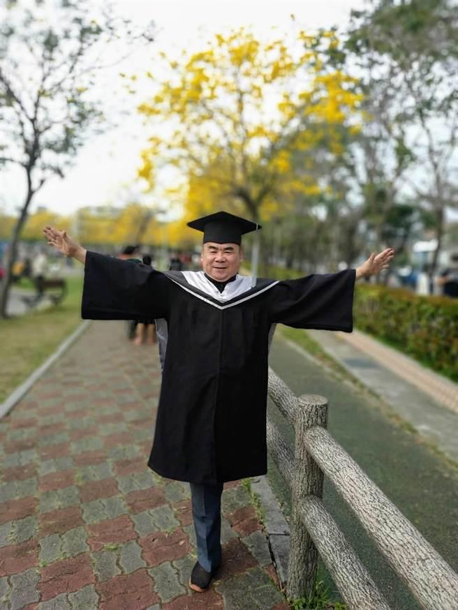 邱允文今年六月從國立台中科技大學讀企業管理碩士畢業,盼有機會繼續攻讀博士。(邱允文提供/盧金足台中傳真)