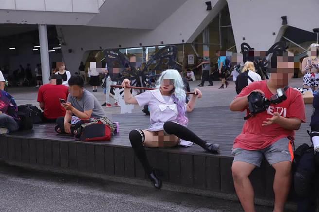 李姓女子在动漫祭上下体真空让人拍照,引发轩然大波 (图/翻摄自脸书)