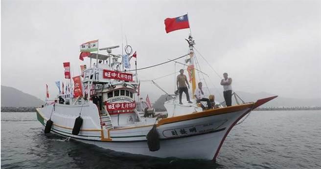 林日成說,保釣船隊為了感謝旺旺集團董事長蔡衍明捐助500萬元,有多艘漁船掛上「旺中集團」的旗幟表示感謝。(圖/報系資料照)