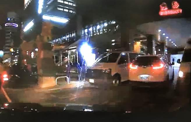 中市警局霧峰分局成功派出所員警,開著巡邏車,幫忙林男開道,3分鐘內,順利到達大里仁愛醫院急診室。(霧峰分局提供/黃國峰台中傳真)