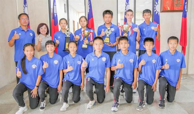 博愛國中足球隊今年在中等學校五人制足球「錦標賽」和「聯賽」都取得佳績。(羅浚濱攝)