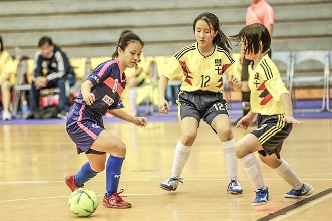 博愛國中足球隊女足僅有5名選手,比賽時個個奮戰不懈。(校方提供/羅浚濱新竹傳真)