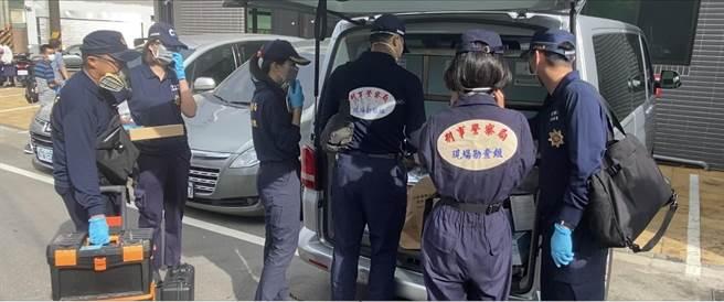 警方查獲贓證物,包括第四級毒品硝西泮成品約17公斤,半成品約60公斤,製毒筆記本,冷凝管等化學試劑及大批製毒設備。(民眾提供/盧金足攝)