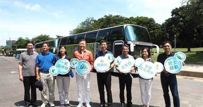 雄獅董事長王文傑(左四)建議,以車牌單雙號達成分流效果。(雄獅提供)