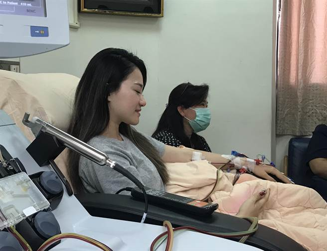楊蟬聲由媽媽陪同,帶著滿滿感恩心情來到醫院造血幹細胞室。(慈濟基金會提供/王志偉花蓮傳真)