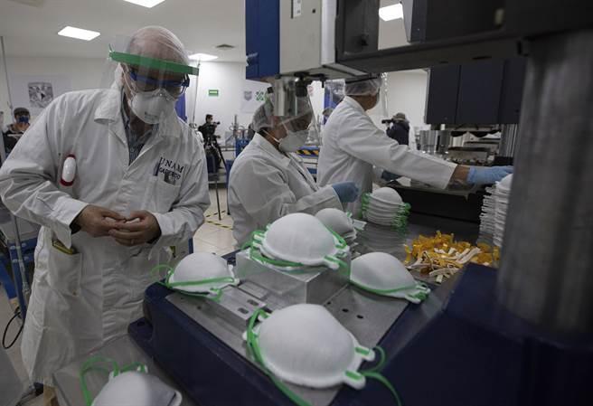 專家認為氣溶膠傳播最好的防護就是N95口罩,但N95口罩無法久戴,價格也太高。圖為N95口罩的生產線。(圖/美聯社)